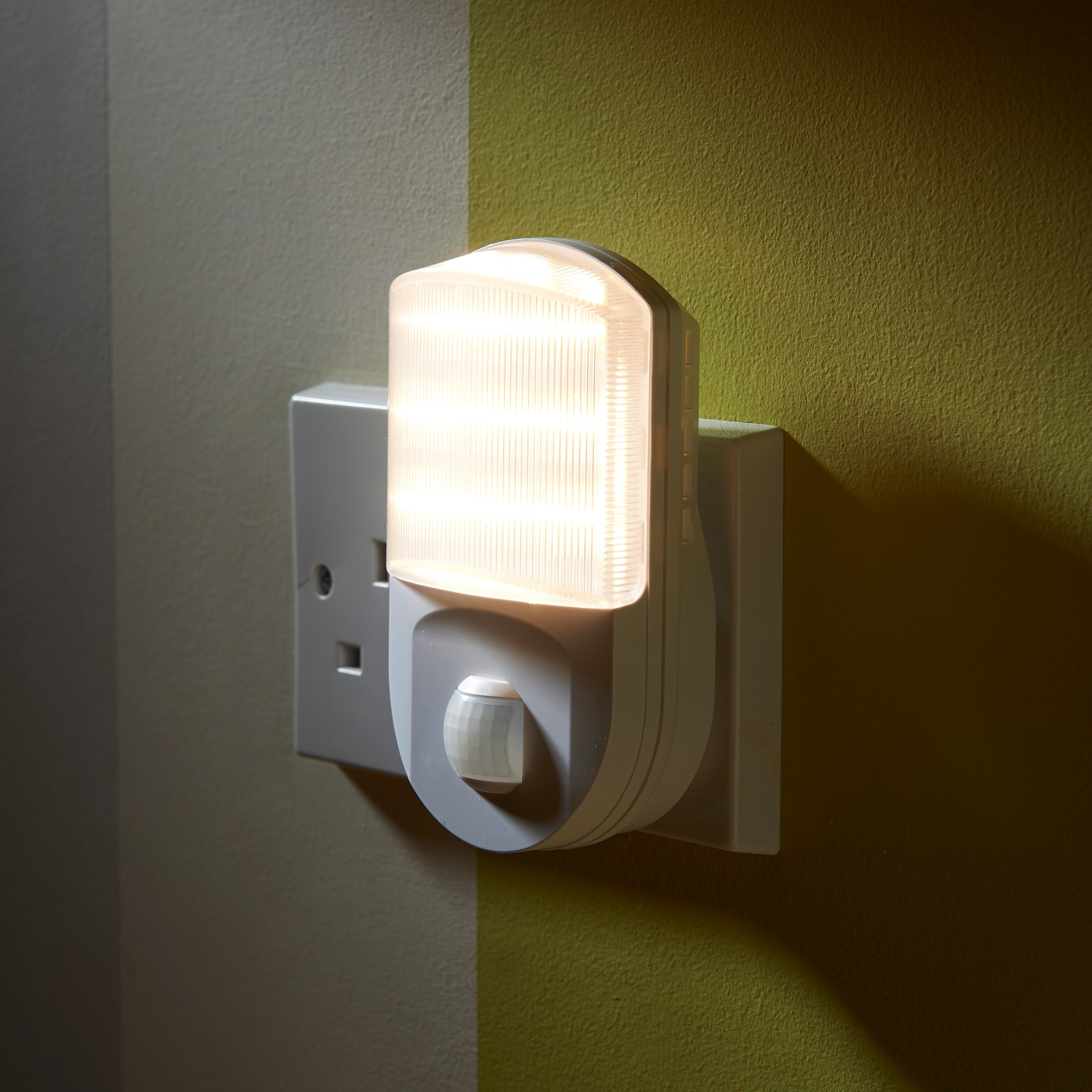 Auraglow Plugin Pir Motion Sensor Hallway Plug Socket Led